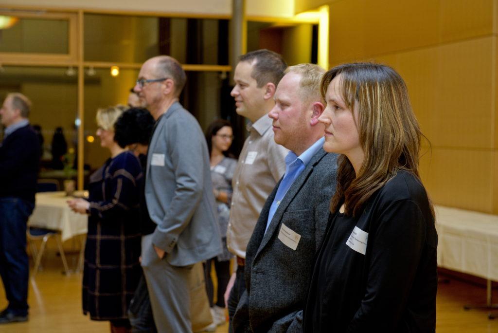 Anja Raab und Henrik Wehner vom Orga Team verfolgen gespannt die Eröffnung des Abends.
