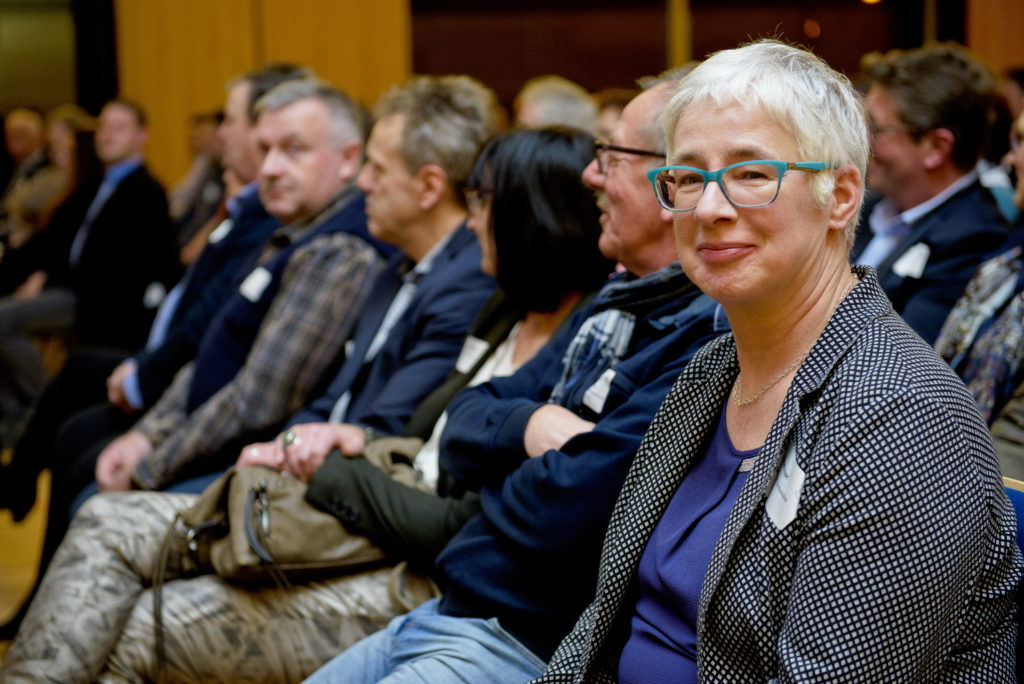 Manuela Vogel ( rechts ) Geschäftsführerin Kiebitzmarkt, wartet schon gespannt auf ihren Einsatz bei der Gewinnerziehung des Jahreshauptgewinns.