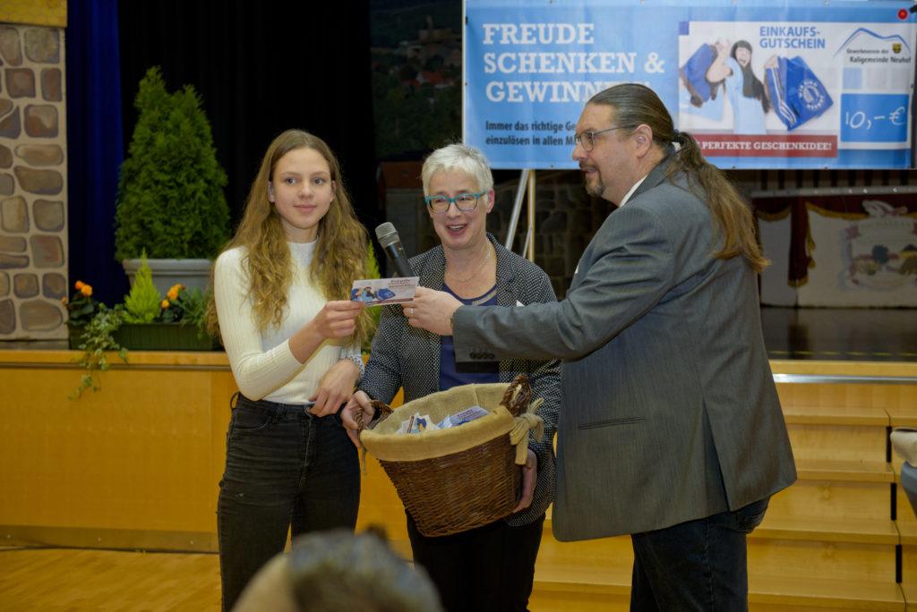 Lisa-Maria Stolz die mit ihrem Gesang für die musikalische Unterhaltug sorgte, war die Glücksfee die den Jahreshauptgewinner/in gezogen hat. Manuela Vogel ( mitte ) und Torsten Jahn vom Gewerbeverein freuten sich für die glückliche Gewinnerin.