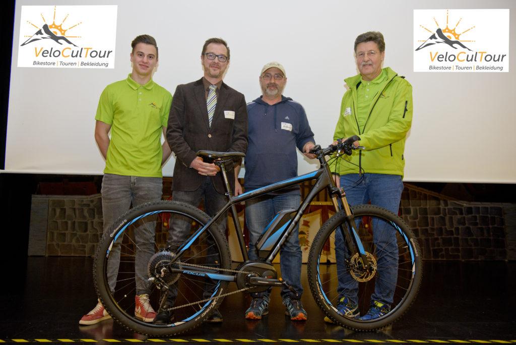 """Oliver Heil ( 2. v. links) und sein Team freuten sich dem Gewinner der Aktion """"Adventskalender XXL, von VeloCulTour , ein E Bike im Wert von ca. 2000,- €, überreichen zu können. Herzlichen Glückwunsch und viel Spaß beim Radeln."""